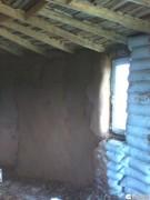 Откос окна уже сухой, стена ещё сохнет