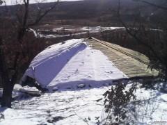 Зато крыша считай готова! Очередной снег сметён с незакрытой части крыши. Там где не сметён — уже лежат баннеры