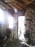 Самодельные соломенные блоки над дверью и окном