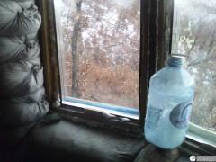 Околевшая бутылка наивно пытается отогреться на подоконнике...